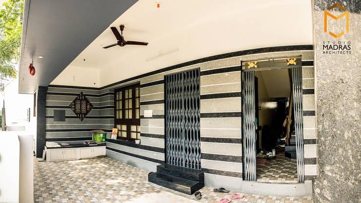 Foyer:  Corridor & hallway by Studio Madras Architects,