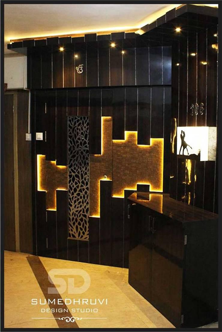 Entrance Lobby: modern Houses by SUMEDHRUVI DESIGN STUDIO