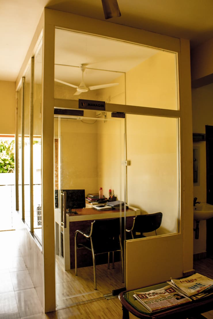 Manager's Cabin:  Office spaces & stores  by Studio Madras Architects