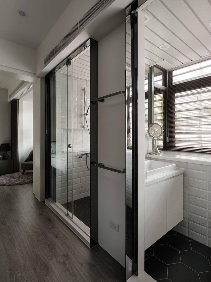 Moderne Badezimmer von 大集國際室內裝修設計工程有限公司 Modern