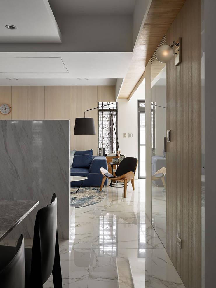 Moderne Wohnzimmer von 大集國際室內裝修設計工程有限公司 Modern