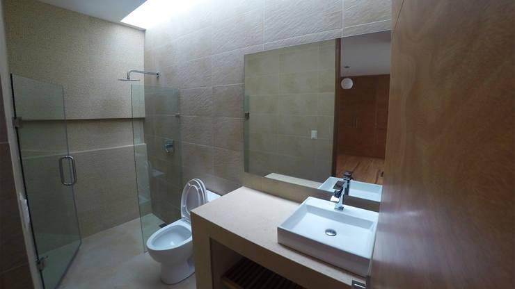 Vista interior: Baños de estilo  por deFORMA estudio creativo