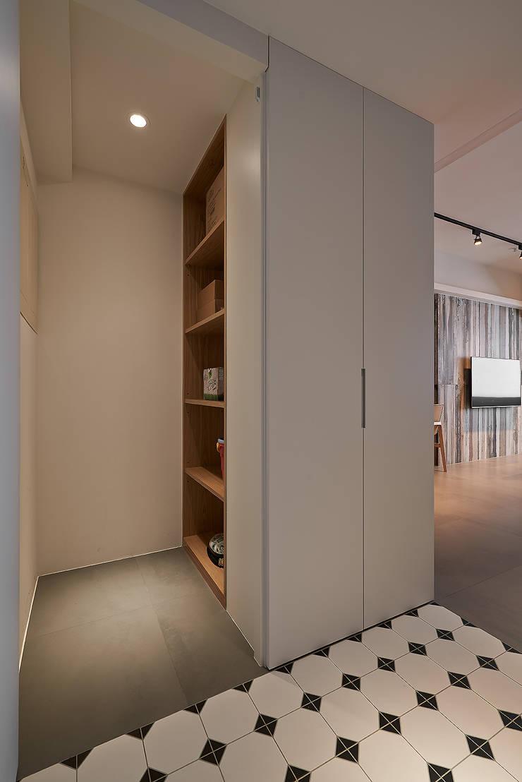 北歐X工業風!:  走廊 & 玄關 by 好家空間設計工作室