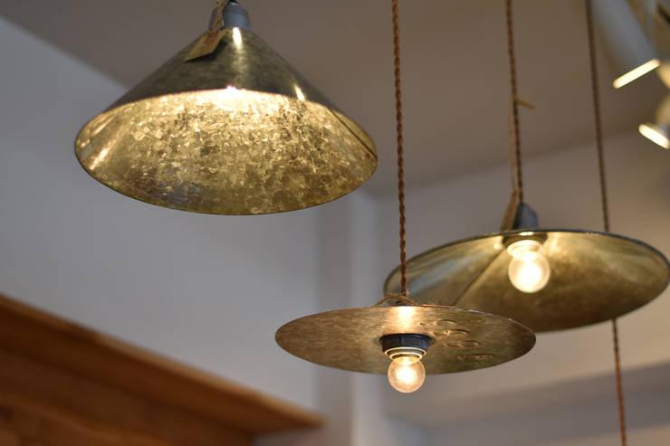 ランプシェード: gleamが手掛けたリビングルームです。