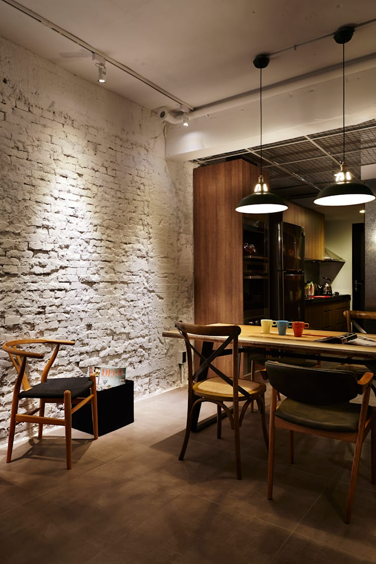 刻意地保留磚牆的紋理,讓空間不再需要裝飾就有光影深淺的內涵:  餐廳 by 弘悅國際室內裝修有限公司