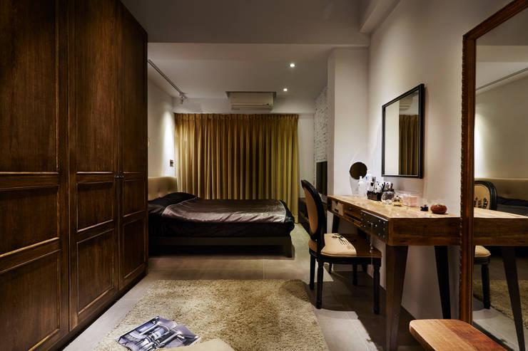 大地色系的長毛地毯使用在化妝桌與衣櫃之間,企圖形塑精品品牌的感覺,這是女主人最有自信的場域:  臥室 by 弘悅國際室內裝修有限公司