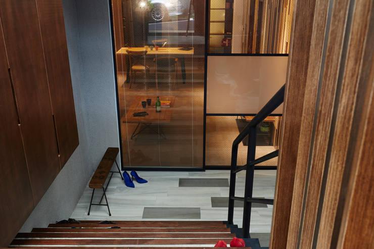 採用不同花紋的玻璃材質營造新鮮舒服的視覺感:  車庫/遮陽棚 by 弘悅國際室內裝修有限公司