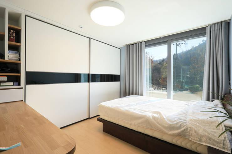 Dormitorios de estilo moderno por 공감로하 건축사사무소
