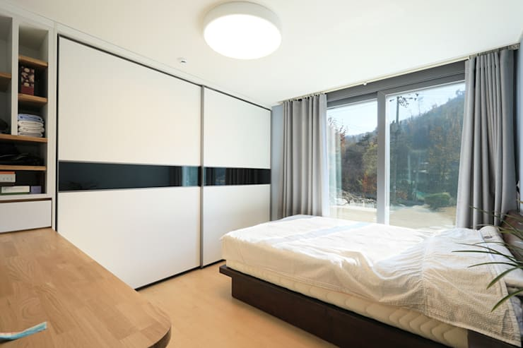 Dormitorios de estilo  por 공감로하 건축사사무소