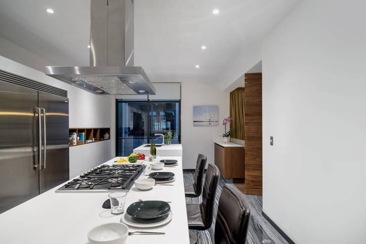 LC-02: Cocinas de estilo  por NIVEL TRES ARQUITECTURA