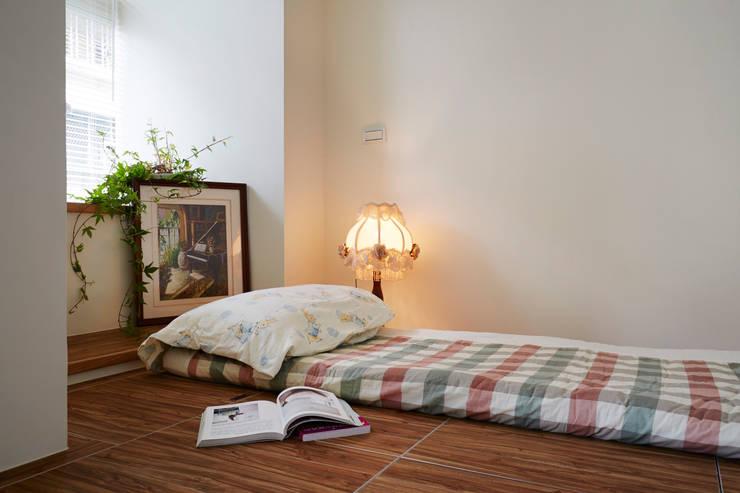 單身女子公寓,不需要多餘的隔間,喜歡開放多樣的活動空間:  臥室 by 弘悅國際室內裝修有限公司