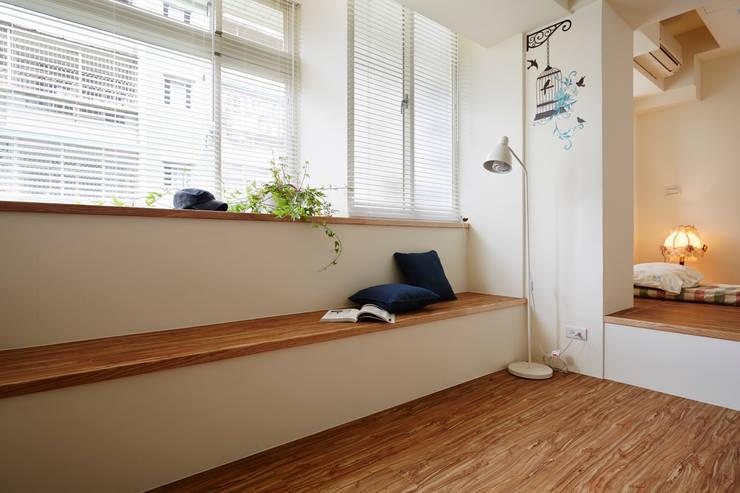 原有格局建築結構下,捨棄傳統傢俱沙發,或坐或臥隨心所欲:  客廳 by 弘悅國際室內裝修有限公司