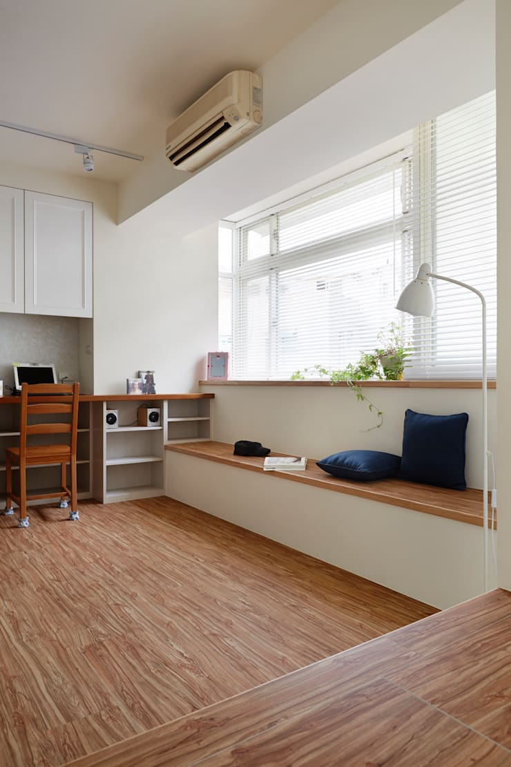 靠邊強的工作桌以及不像沙發的沙發,減少了傢俱增加了空間感:  客廳 by 弘悅國際室內裝修有限公司