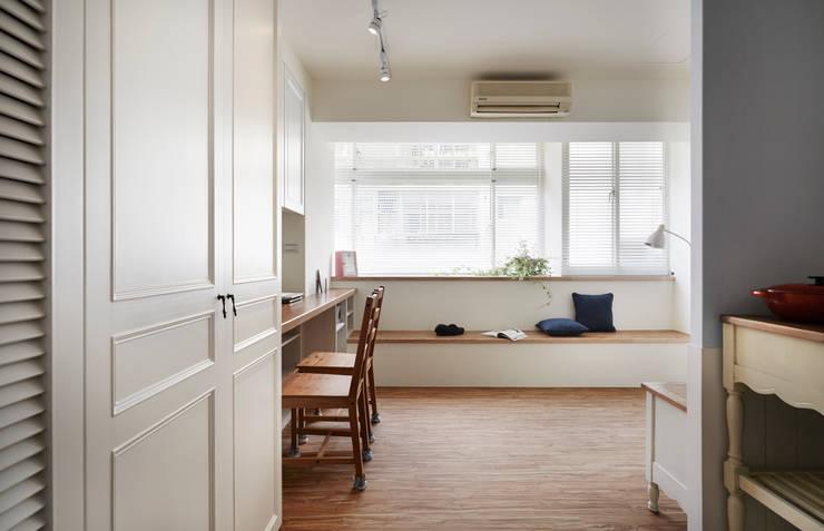 規劃整齊的動線與收納的空間讓小宅不在狹小擁擠:  客廳 by 弘悅國際室內裝修有限公司