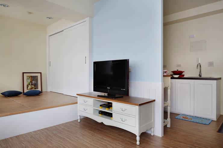 粉藍色的少女心,用最簡單的方法提升一點家的溫度:  客廳 by 弘悅國際室內裝修有限公司