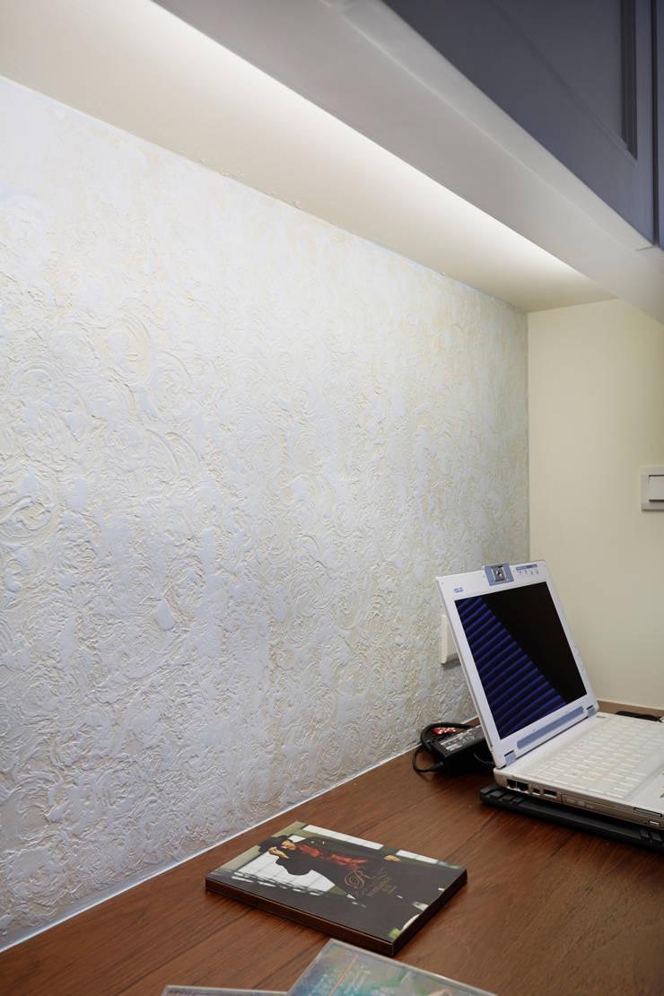 特殊質感的漆面讓工作的時候不會單調:  書房/辦公室 by 弘悅國際室內裝修有限公司