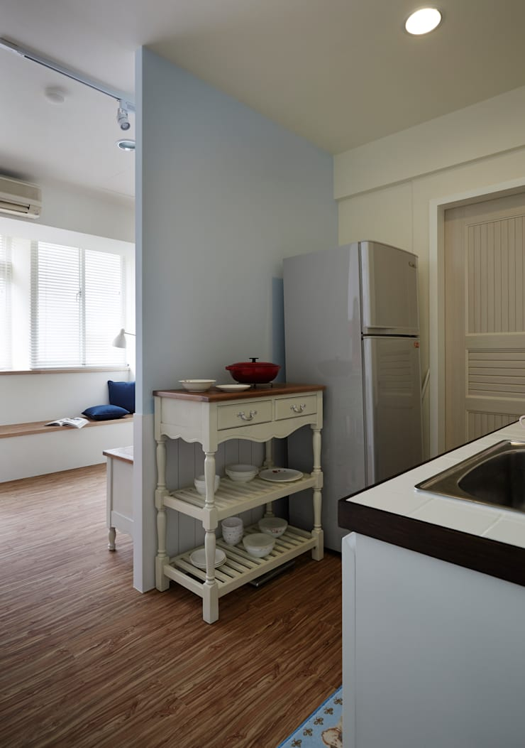 電視牆的背面兼作收納空間,單身女孩的廚房小巧可人:  廚房 by 弘悅國際室內裝修有限公司