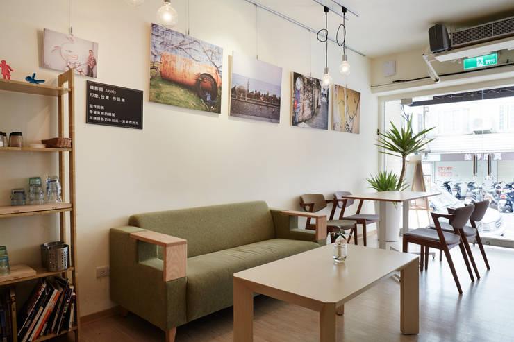 沙發與掛畫,掛畫出自本地藝術家之手,閒適的休閒感油然而生:  餐廳 by 弘悅國際室內裝修有限公司