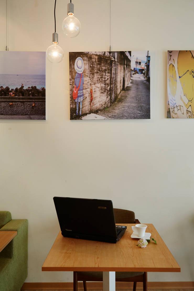 年輕藝術家的掛畫與作品增加空間中的質感:  餐廳 by 弘悅國際室內裝修有限公司