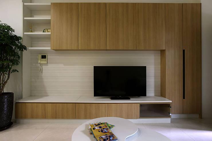 <低預算>舊屋翻新-小家庭的夢想家:  客廳 by 夏川空間設計工作室