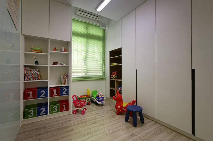 小孩遊戲室 兼 儲藏室~天花板上方加設儲藏空間~讓小房也可以達到最大儲藏空間:  嬰兒房/兒童房 by 夏川空間設計工作室