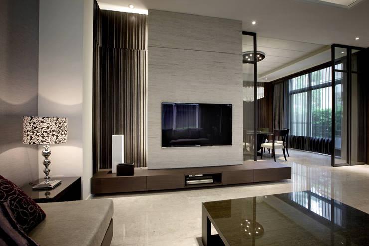 透過虛(屏風)與實(石材牆面)讓客廳與餐廳空間的連結與區隔:  客廳 by 夏川空間設計工作室