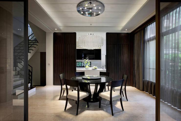 餐廳端景運用中島的穿透性以及訂製鐵件實木滑門來豐富空間的變化:  廚房 by 夏川空間設計工作室