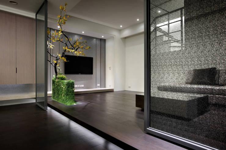 視聽室也是地下室的入口玄關,鐵件滑門搭配佈置變化了空間層次感以及趣味性:  視聽室 by 夏川空間設計工作室