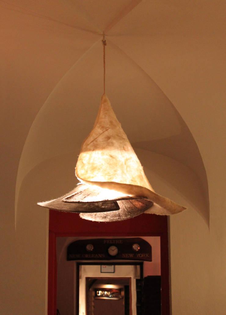 ARO _ una calla rovesciata gioca con la luce: Casa in stile  di ARCH. CRISTINA MASCHIO