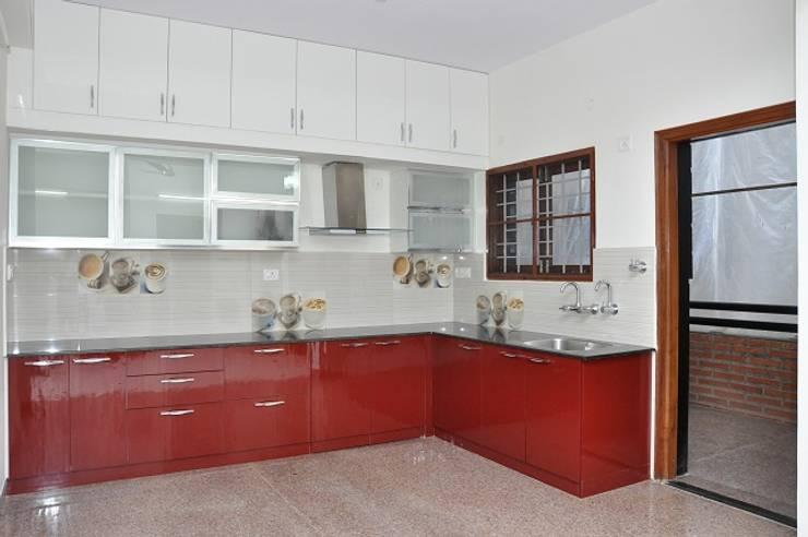 L Shaped Kitchen:  Kitchen by Scale Inch Pvt. Ltd.