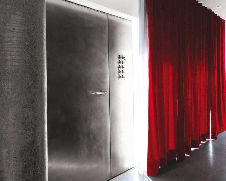 Pasillos y vestíbulos de estilo  por tissellistudioarchitetti