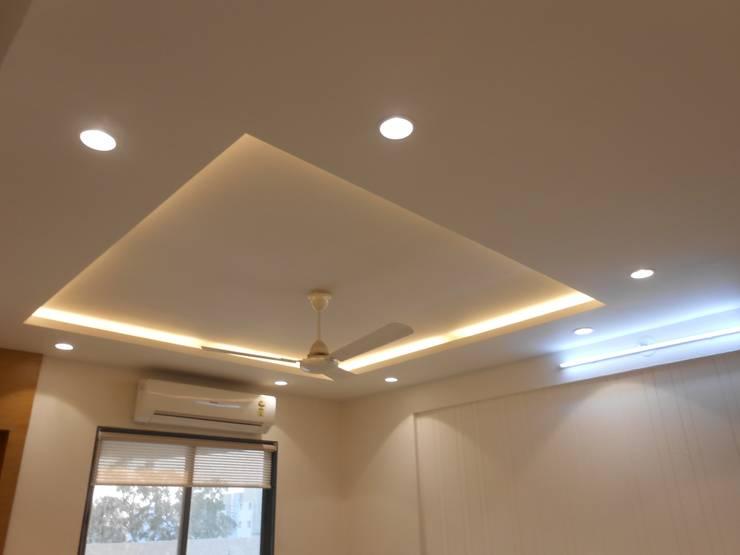 GAUTAMBHAI JAHANGIRPURA:  Living room by SHUBHAM CONSULTANT & INTERIOR DESIGNING