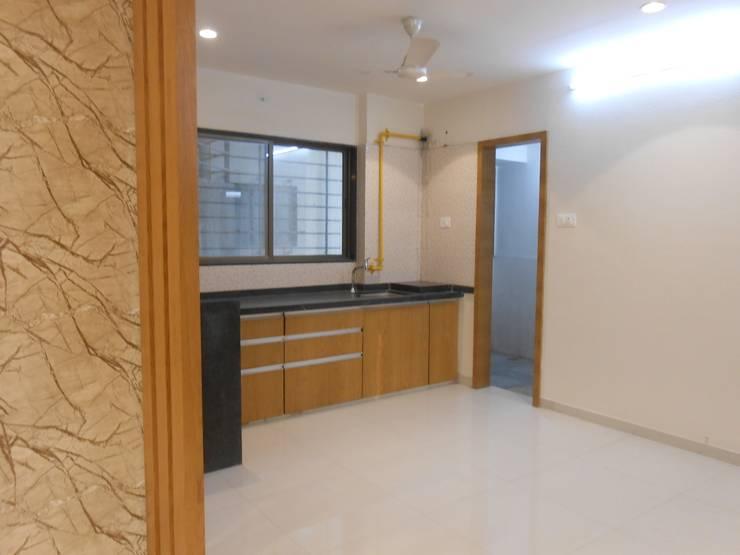 GAUTAMBHAI JAHANGIRPURA:  Kitchen by SHUBHAM CONSULTANT & INTERIOR DESIGNING