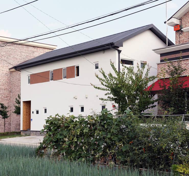 전주 락앤락 하우스: 위빌종합건설의  주택,
