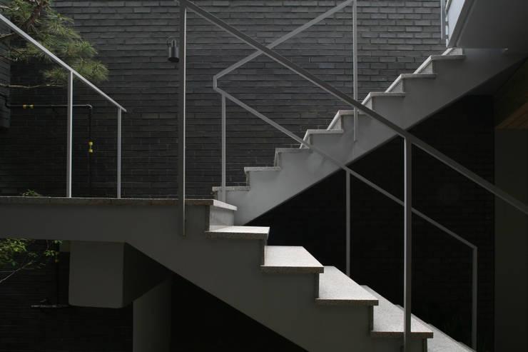성당동 검은 벽돌집: 건축사사무소 힘의  복도 & 현관,