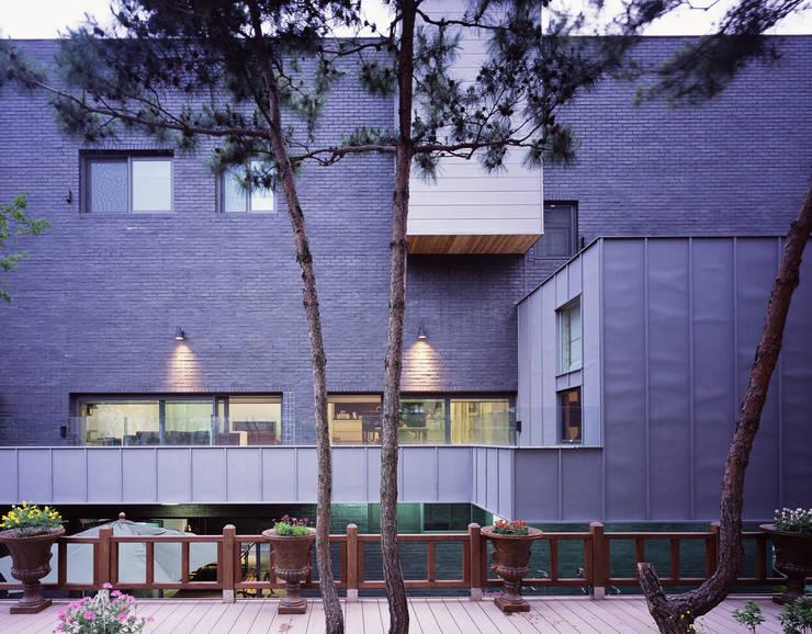 성당동 검은 벽돌집: 건축사사무소 힘의  주택,