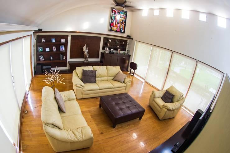 Sala doble altura: Salas de estilo  por Arq. Beatriz Gómez G.