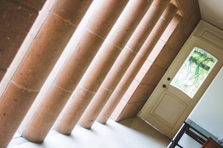 columnas de cantera al interior: Jardines de estilo  por Arq. Beatriz Gómez G.