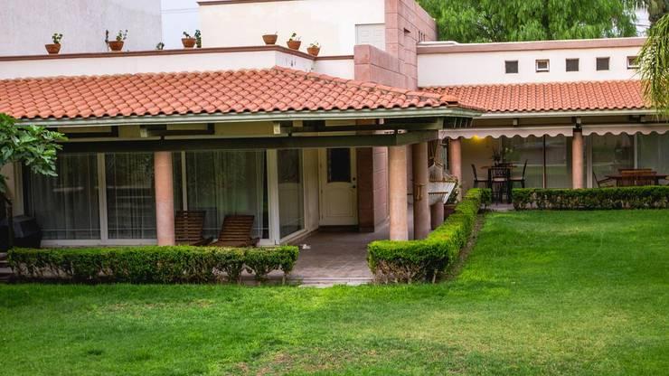 Fachada interior: Villas de estilo  por Arq. Beatriz Gómez G.