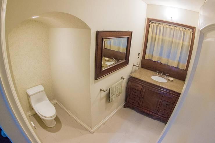 MEDIO BAÑO bajo escalera: Baños de estilo  por Arq. Beatriz Gómez G.
