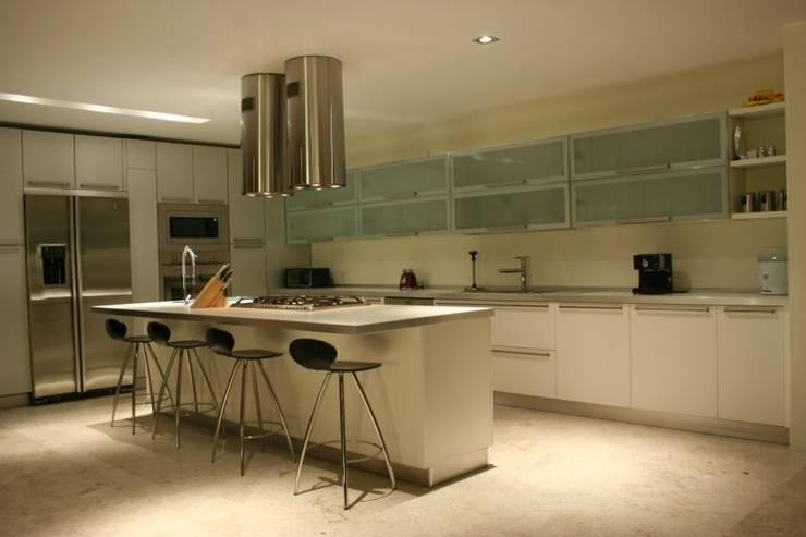 COCINA Casa F: Cocinas de estilo  por Micheas Arquitectos