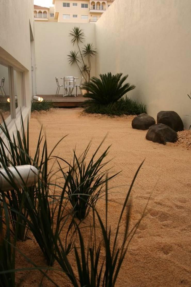 Garden by MICHEAS ARQUITECTOS