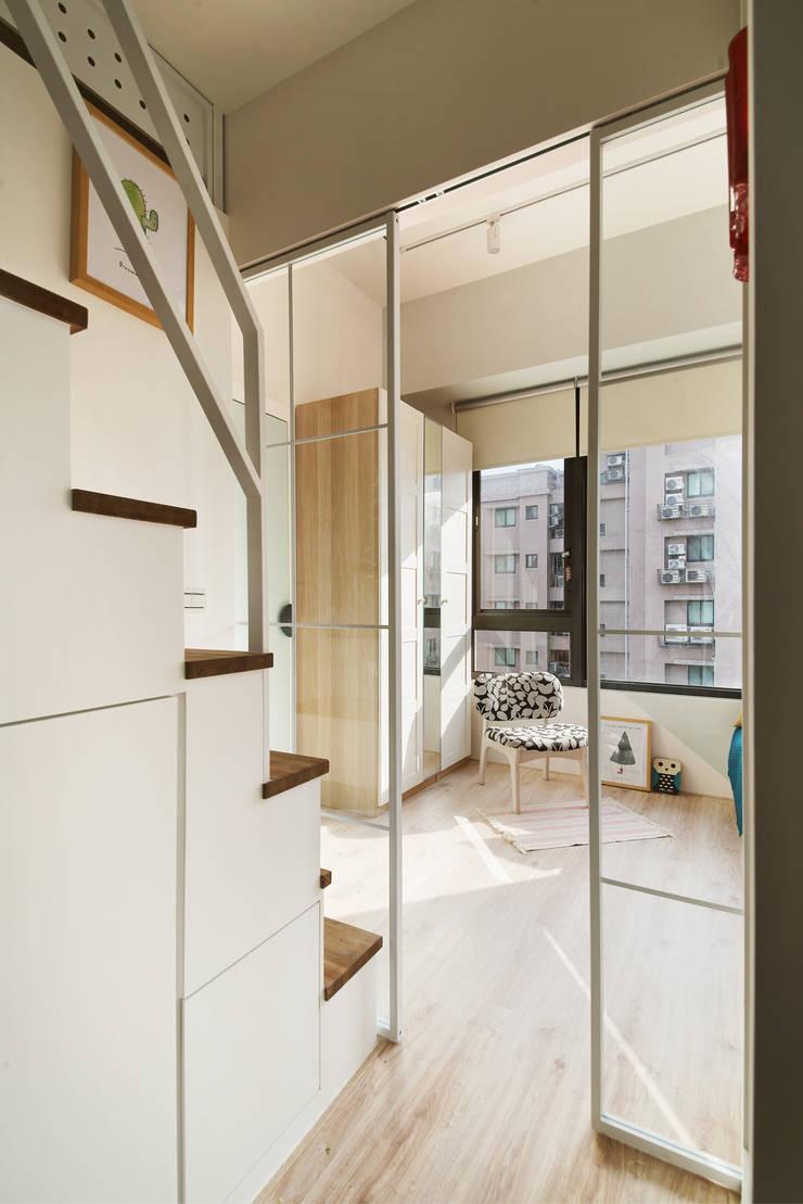 空間的中島核心:  走廊 & 玄關 by 一葉藍朵設計家飾所 A Lentil Design