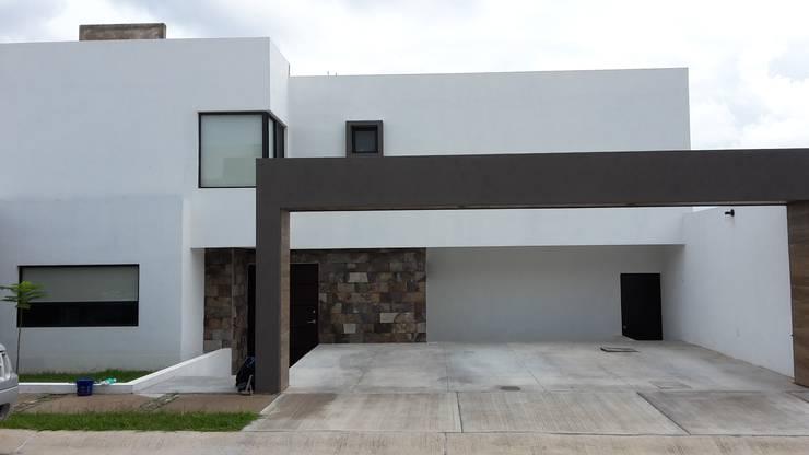 CASA-GV: Casas de estilo moderno por RIVERA ARQUITECTOS