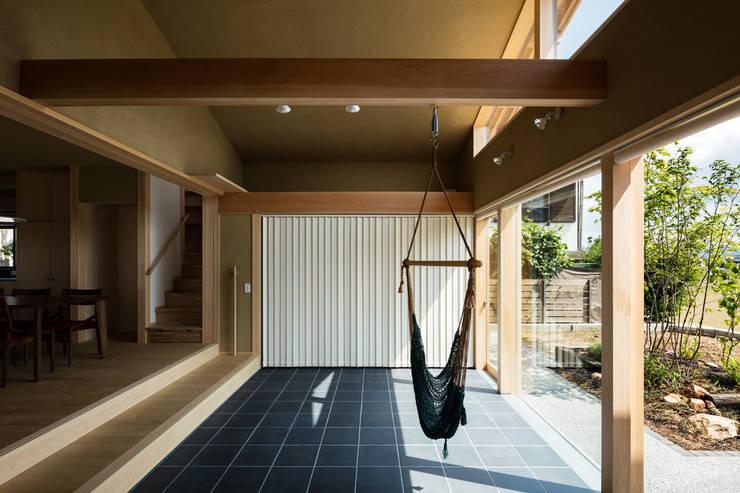 Pasillos y recibidores de estilo  por 小笠原建築研究室
