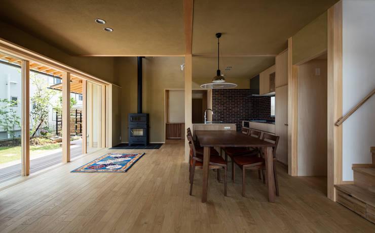 薪ストーブのある心地良いLDK: 小笠原建築研究室が手掛けたリビングです。