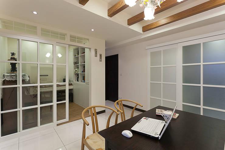 雙面櫃增加室內的收納體積與過道的表情:  書房/辦公室 by 弘悅國際室內裝修有限公司