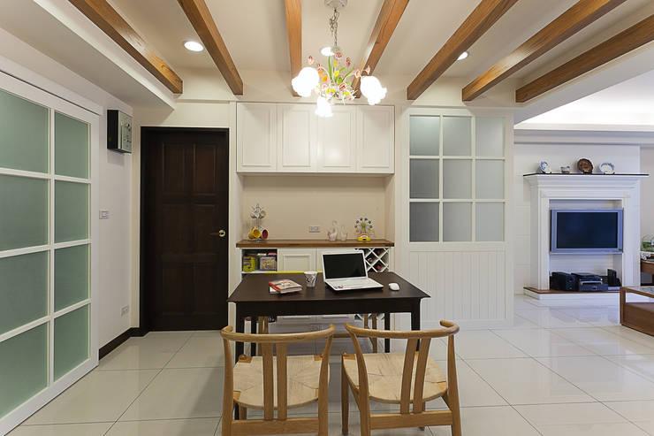 不同的線條區隔不同的空間屬性,餐廳的餐櫃同時也兼具收納的實用性:  餐廳 by 弘悅國際室內裝修有限公司