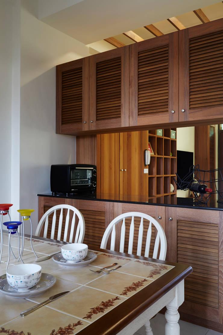透過中空高櫃與客廳做出連結,表面上是各自獨立,實際上又能帶著若即若離的接觸:  餐廳 by 弘悅國際室內裝修有限公司