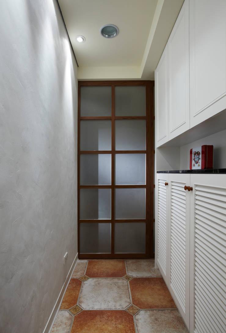 典雅的鞋櫃搭配凹凸的牆面,只用光線呈現不同的韻味:  走廊 & 玄關 by 弘悅國際室內裝修有限公司